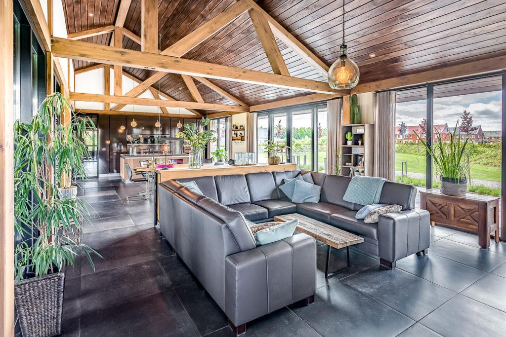 Warme landelijke woonkamer in open plan