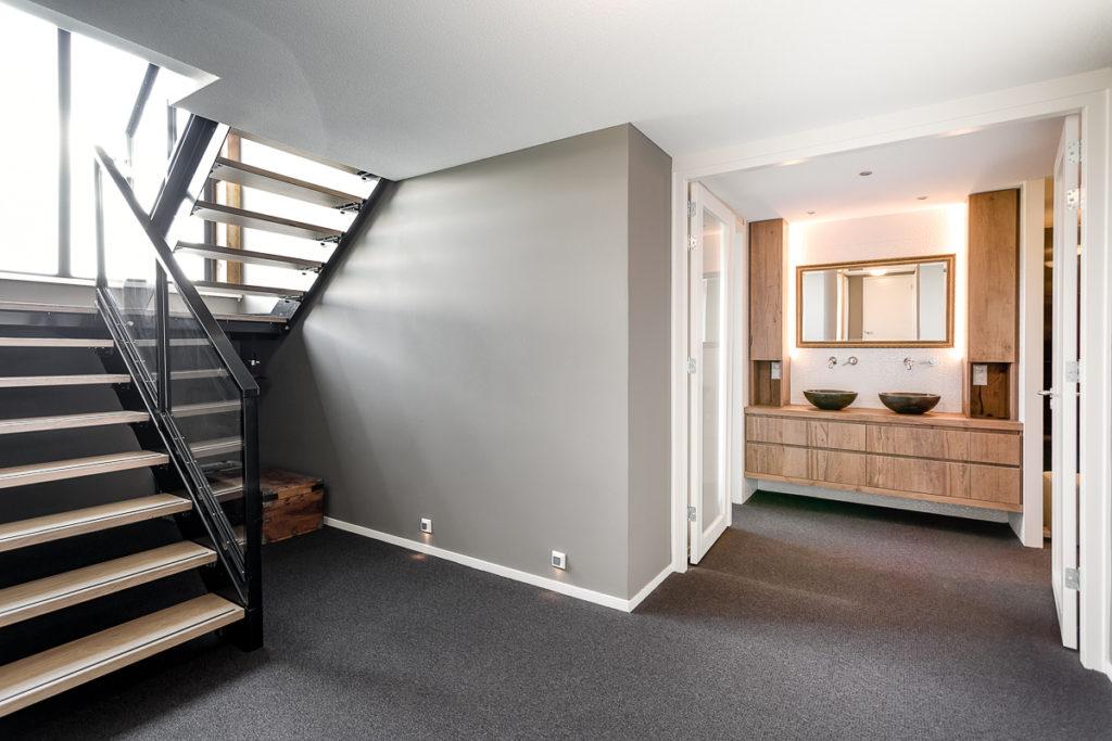 Trap met natuurlijk daglicht in kelder