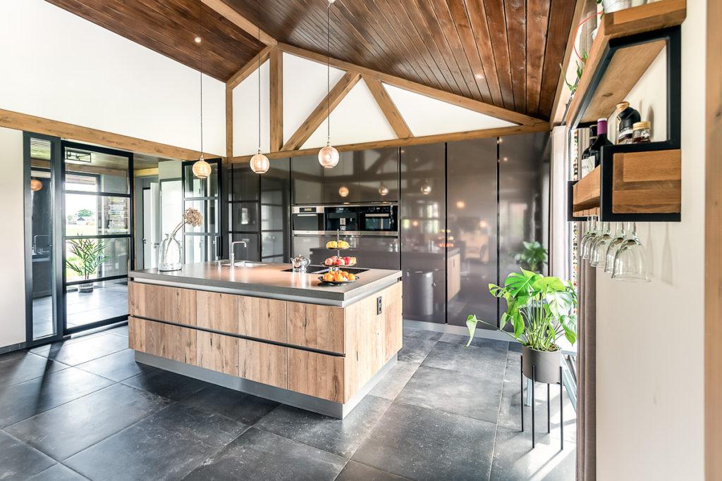 Warme landelijke keuken in open plan